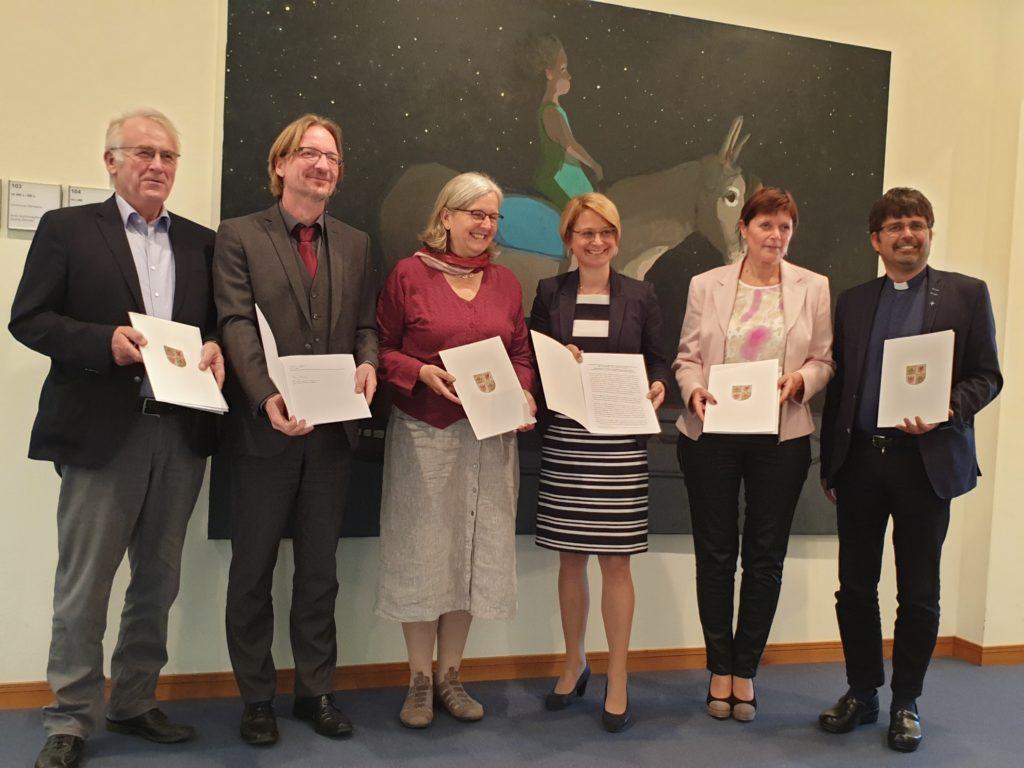 Foto: Unterzeichnung einer gemeinsamen Erklärung von Bildungsministerin und Vorstand der AGFS M-V zum Digitalpakt Schule am 15.5.2019 in Schwerin (c) 2019 AGFS MV / VDP Nord e.V.